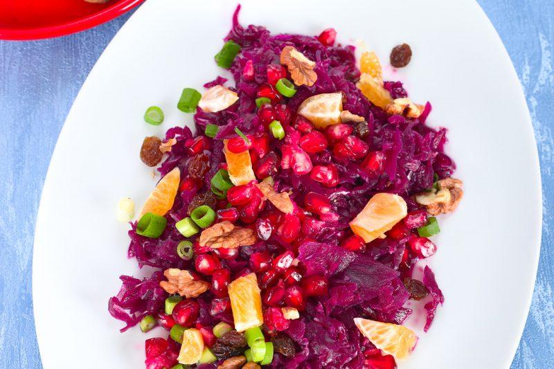 Fruchtiger Rotkohl-Salat mit Granatäpfeln, Walnüssen und Rotkohl Gewürz