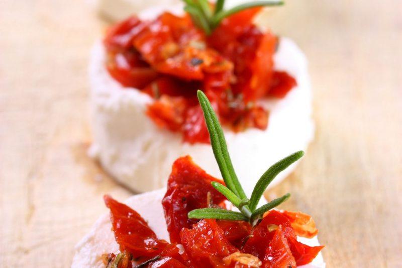 Getrocknete Tomaten auf Ziegenkäse-Talern mit Kräuter der Provence