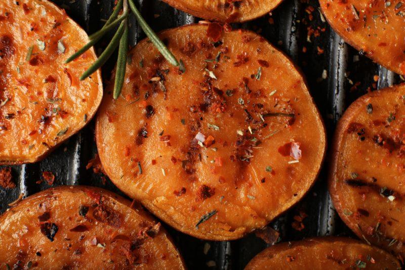 Gegrillte Süßkartoffelscheiben