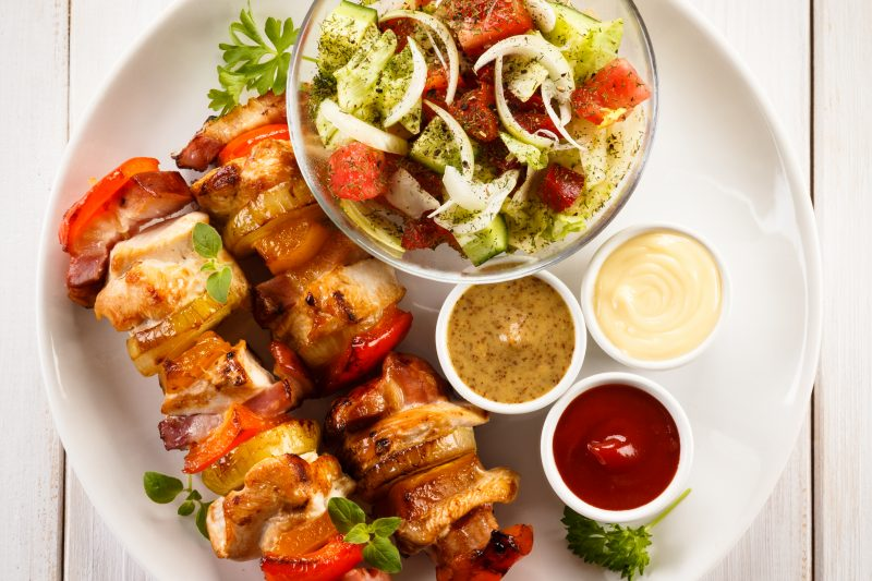 Hähnchen-Kebab vom Grill mit Salat