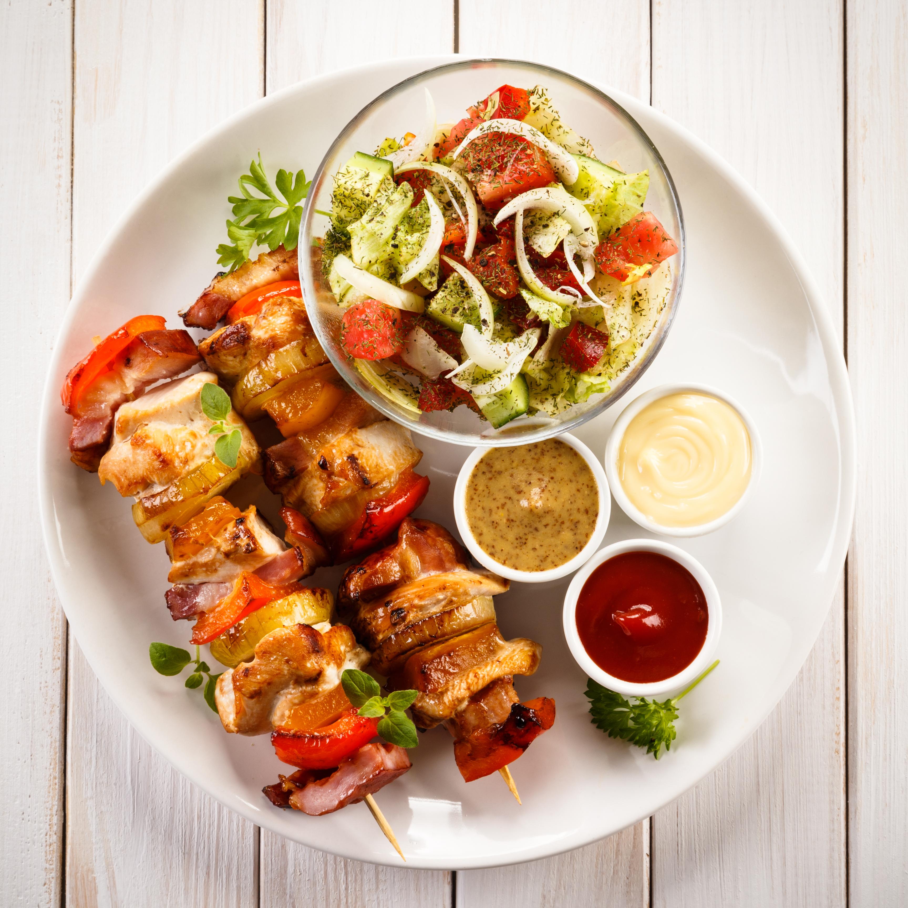 Hähnchen-Kebab vom Grill mit Salat | Rezept
