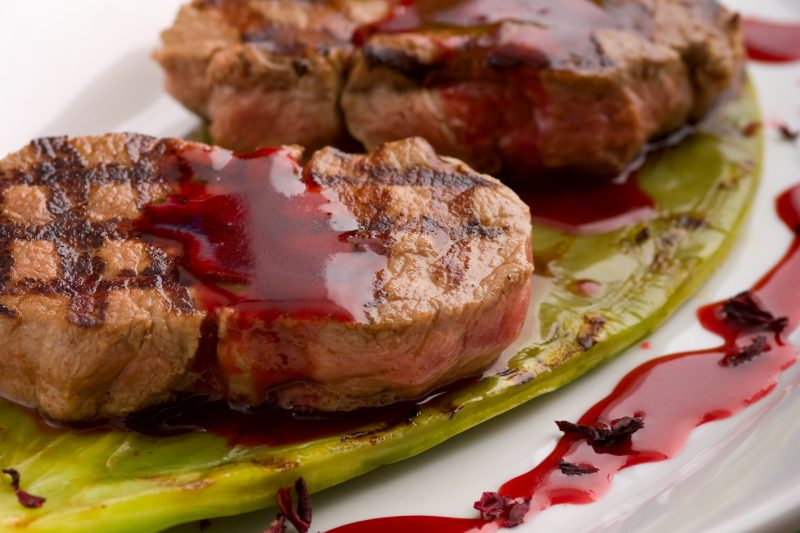 Rumsteaks mit Hibiskussalz Rotweinsauce