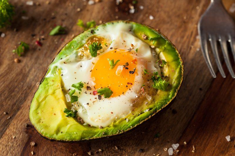 Gebackene Eier in Avocado
