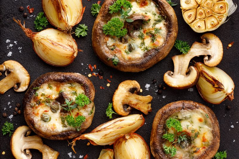 Geröstete Portobello-Pilze mit Käsefüllung