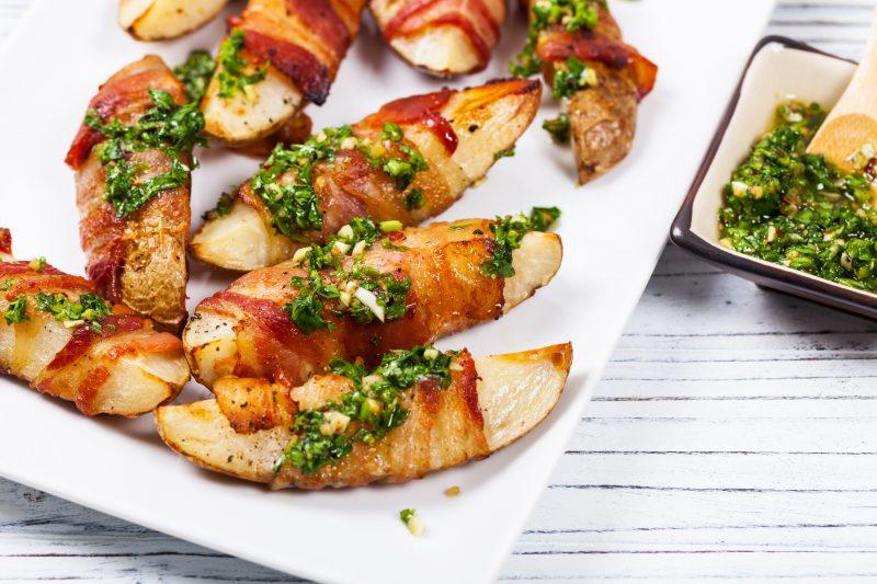 Speck-Kartoffelspalten vom Grill mit Chimichurri-Dip