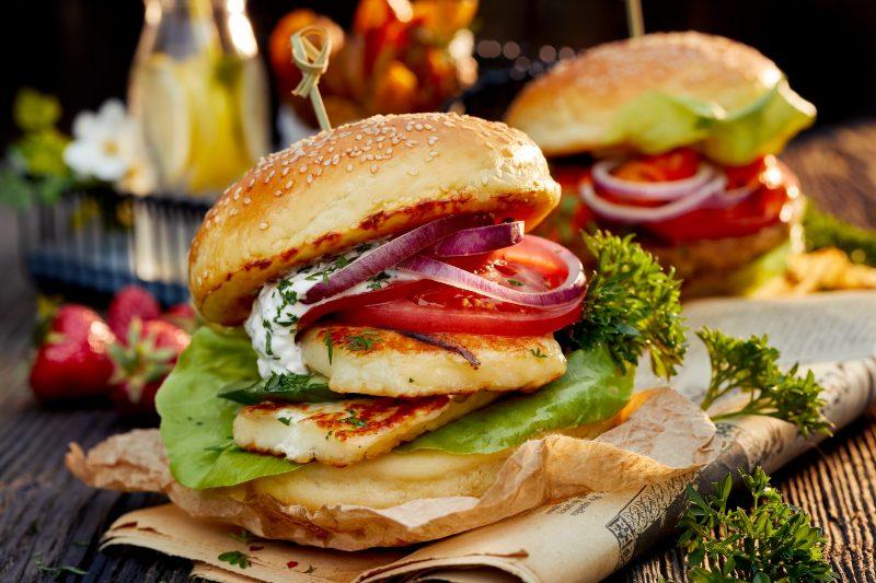 Halloumi-Burger mit Minzjoghurt