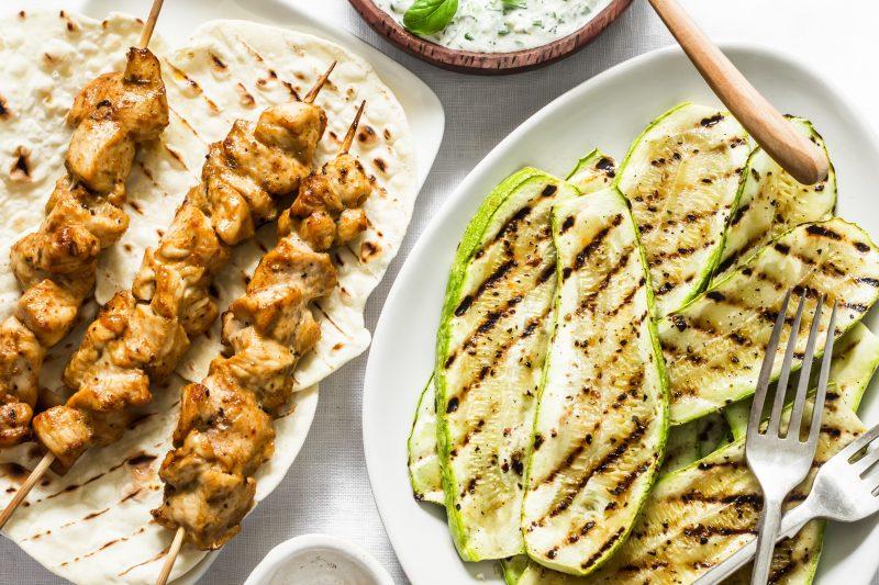 Hähnchen-Souvlaki & Zucchini vom Grill mit Tzatsiki