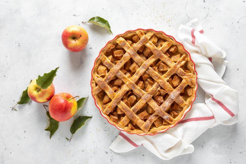 Traditioneller amerikanischer Apple Pie auf hellem Untergrund