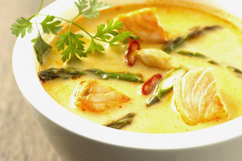 Lachs-Kokos-Suppe mit grünem Spargel