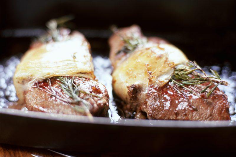 Steaks mit Rosmarin und Käse überbacken