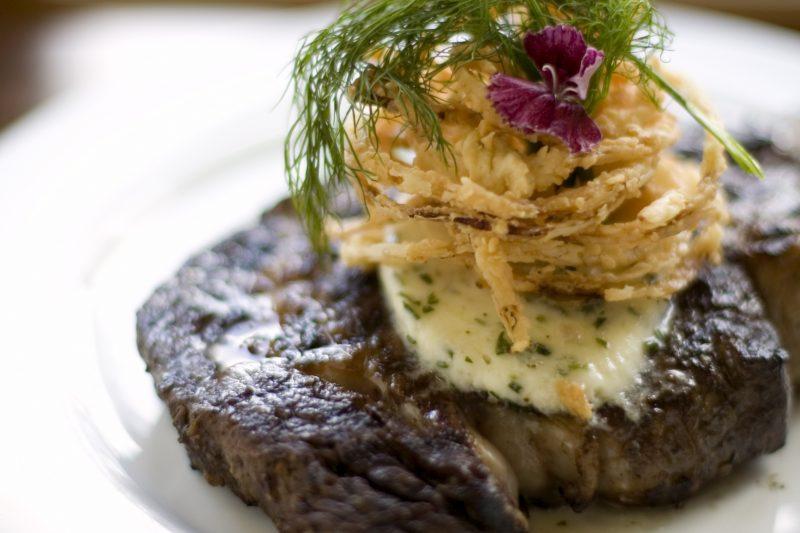 Steak mit Café de Paris-Butter und frittierten Zwiebelringen