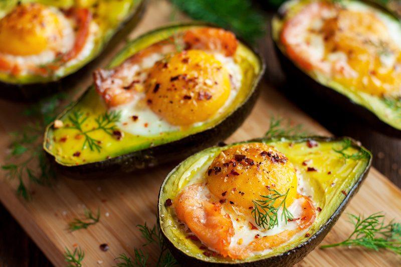 Gefüllte Avocados mit Räucherlachs & gebackenem Ei