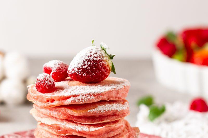 Pink Pancakes mit Beeren