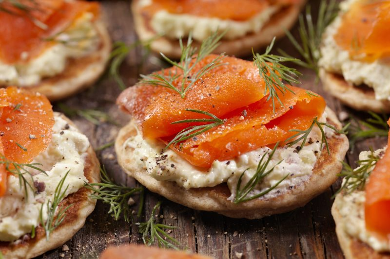 Lachs-Blini mit Frischkäse-Avocado-Creme
