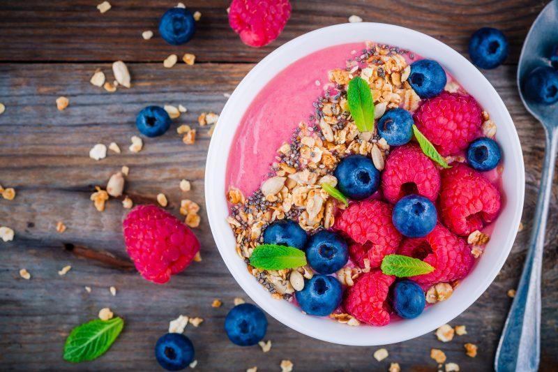 Joghurt-Bowl mit Himbeeren & Granola