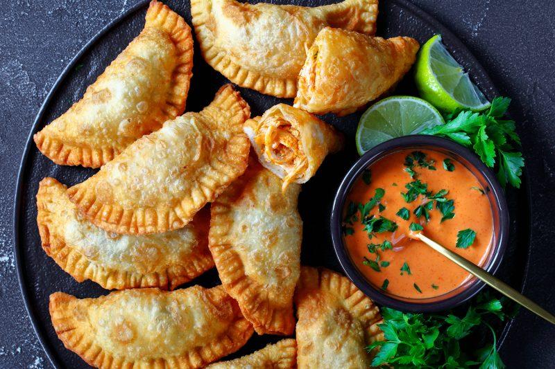 Hühnchen-Empanadas mit würzigem Dip