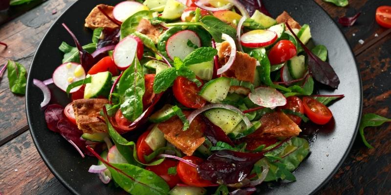 Fattoush Salat (Libanesischer Brotsalat) mit Sumach und geröstetem Brot